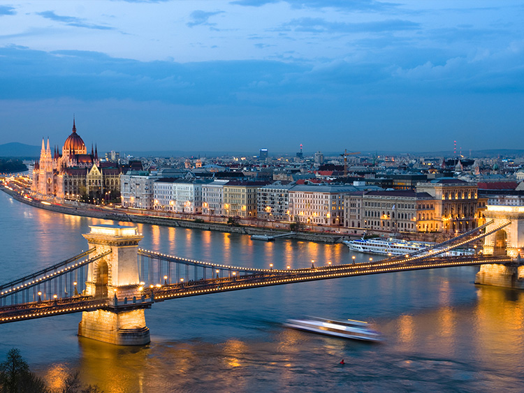 Budapest chain bridge parlament